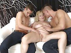 Porno tvunget suge vakre blonde